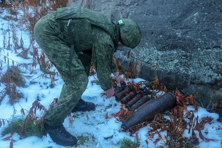 Группа разминирования инженерно-десантной роты отдельной бригады морской пехоты Северного флота подорвала снаряды немецкого корабельного оборудования с помощью противотанковой мины. Фото: пресс-служба Северного флота.