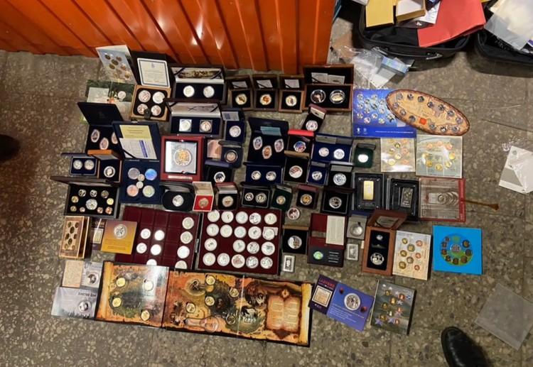 Во время обысков нашли монеты и золотые слитки Фото: ГУ МВД по СПб и ЛО