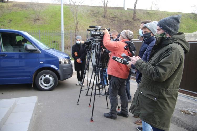 Журналисты ждут Анатолия Быкова рядом со зданием суда