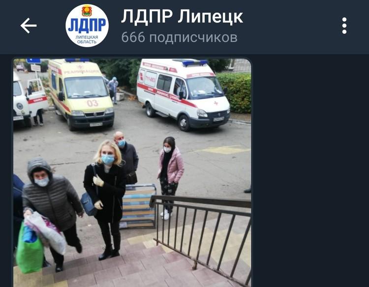 Люди идут в инфекционную больницу со своими раскладушками