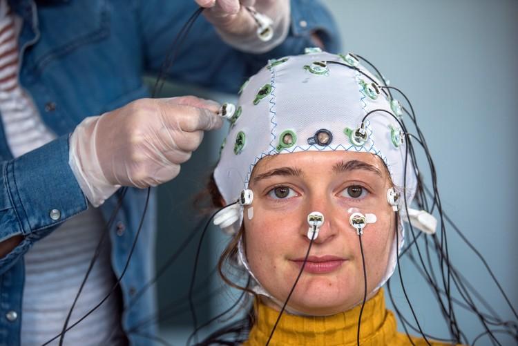 ЭЭГ не дает усомниться: в мозгу идут электрические процессы. А где электричество, там и магнетизм. И электромагнитное поле.