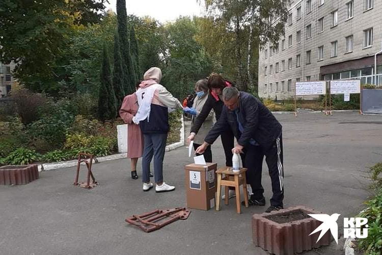 Возле избирательного участка