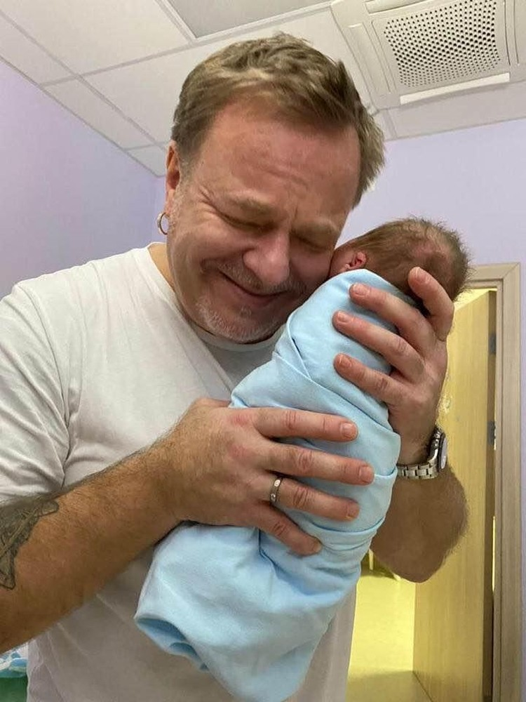 Трогательным снимком новорождённого внука поделился в своём Фейсбуке Владимир Пресняков-старший
