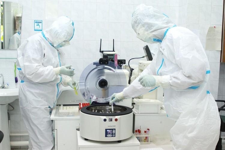 Второй раз вирусолог заразился коронавирусом ради эксперимента.