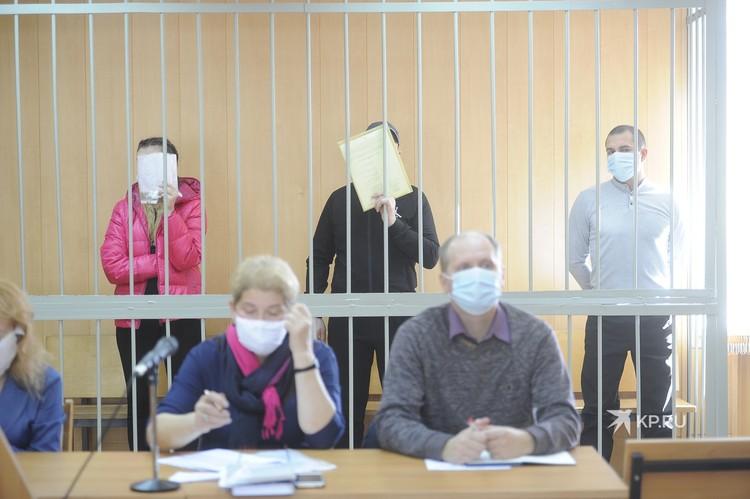 Обвиняемые в убийстве Дмитрия прячут свои лица от камер журналистов, им грозит пожизненный срок