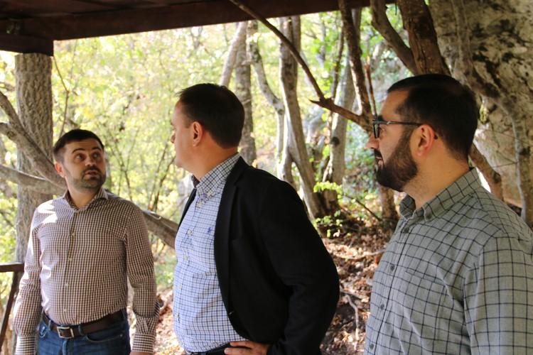 Андрей Тарасов рассказывает министру курортов Волченко, как надо строить беседки в лесу