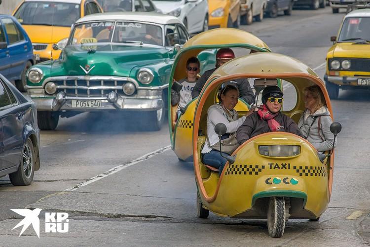 Туристы развлекаются поездками на причудливых такси. Фото: Алексей Белянчев