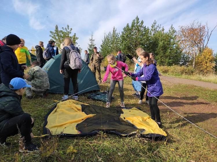 Участники «Осенних путяшек» вязали узлы, ставили палатки на время, разжигали костер, определяли азимут с помощью компаса. Фото: vk.com/43gto