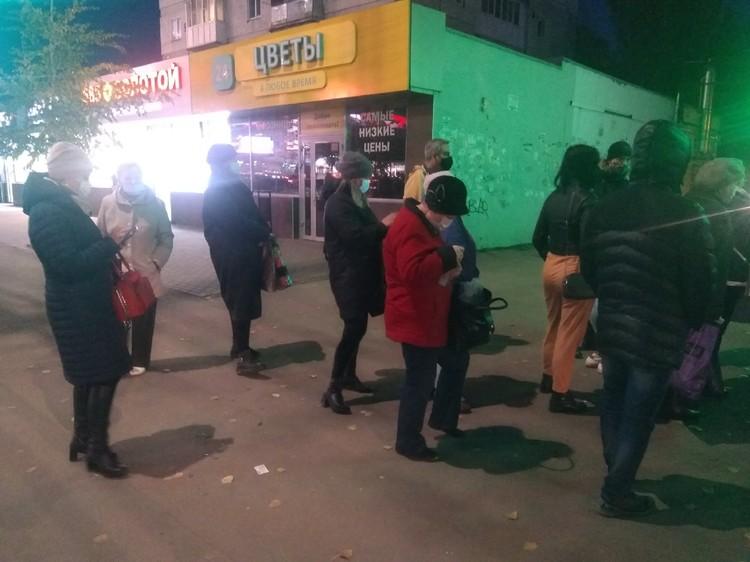 Жители скупают десятки доз. Фото Сергея Александрова