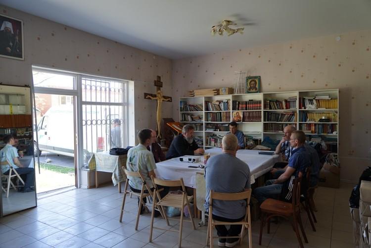 Батюшка в доме для бывших заключенных проводит встречу со своими подопечными. Фото: из личного архива героя публикации
