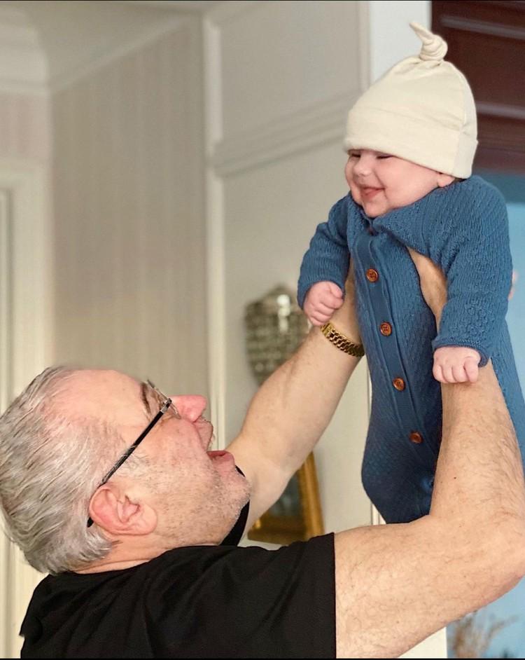 Евгений Ваганович с удовольствием нянчится с малышом Ваганом.