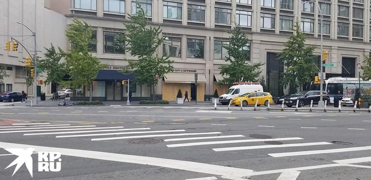 Всегда шумный, многоголосый, яркий и беспечный Нью-Йорк не узнать: на улицах почти нет людей, на дорогах – одинокие такси