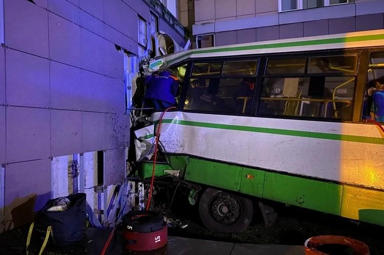 Водитель пассажирского автобуса внезапно выехала на красный сигнал светофора и на скорости въехала в здание НовГУ. Фото: СОЦСЕТИ