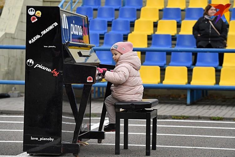 Такой возможности поиграть на пианино посреди стадиона может больше и не случиться.