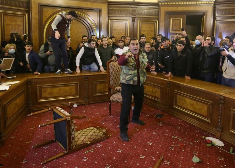 Протестующие ворвались в здание правительства Армении/
