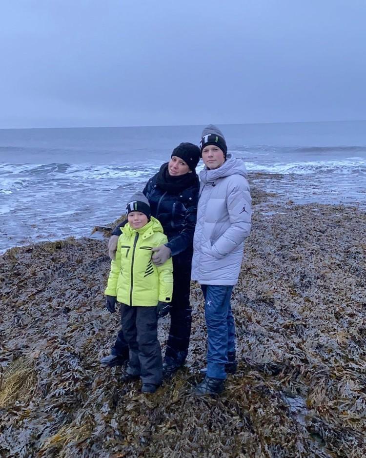 Юлия (на фото с сыновьями Арсением, слева, и Артемом) поняла, что и на Севере может быть классно.