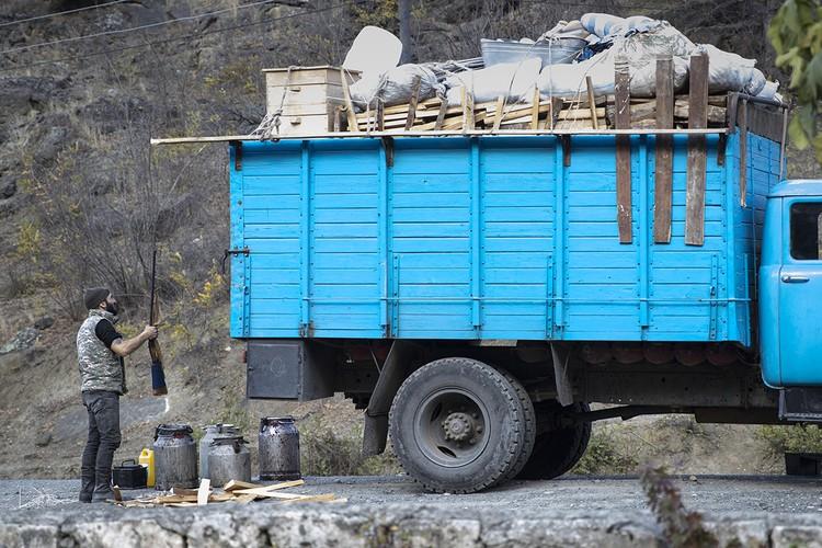 Все, кто жил в этих местах и сбежал от войны, ринулись обратно собирать вещи. И те, кто не сбежал от пуль, тоже стали экстренно уезжать. Фото: Александр Рюмин/ТАСС