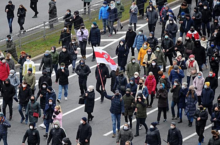 НА улицы городов вышли тысячи людей. Фото: Виктор Драчев