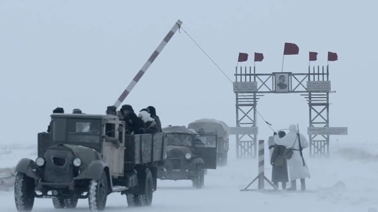 """На съемках """"Ладоги"""" машины действительно шли по замерзшему Ладожскому озеру - со всеми вытекающими рисками и опасностями. Фото: кадр из фильма"""
