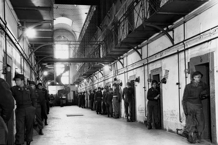 Камеры, в которых содержались нацистские преступники, круглосуточно были под присмотром специальных надзирателей.
