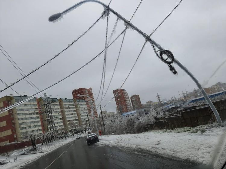 Столбы, повисшие на проводах, сегодня крайне актуальны. Фото: предоставлено очевидцами.