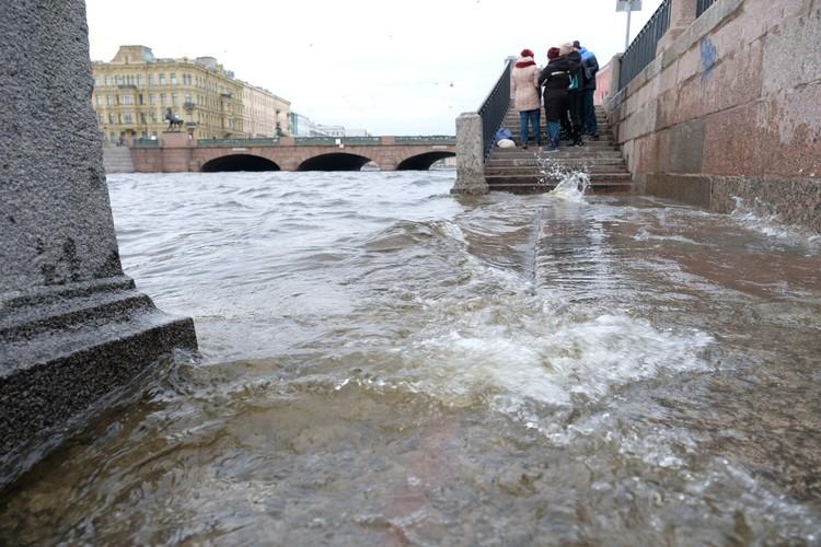 Набережные в центре Петербурга все заполнены водой