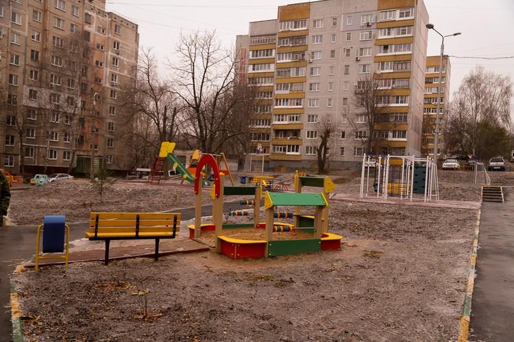 Большой двор по ул. М. Горького ограничен тремя домами, его площадь составляет почти 19 тысяч кв. метров