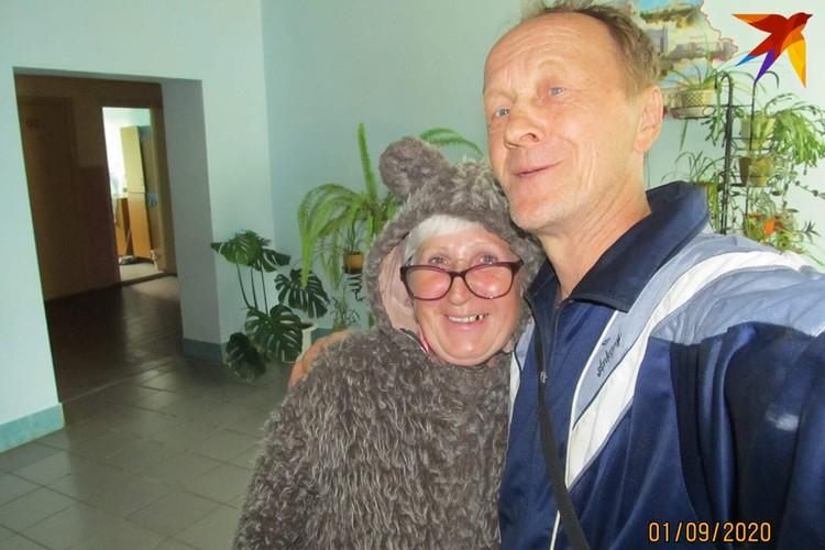 В своем видеоблоге Яскевич снимает не только себя и свою семью, но и односельчан, например, местную учительницу в костюме медведя. Фото: личный архив.