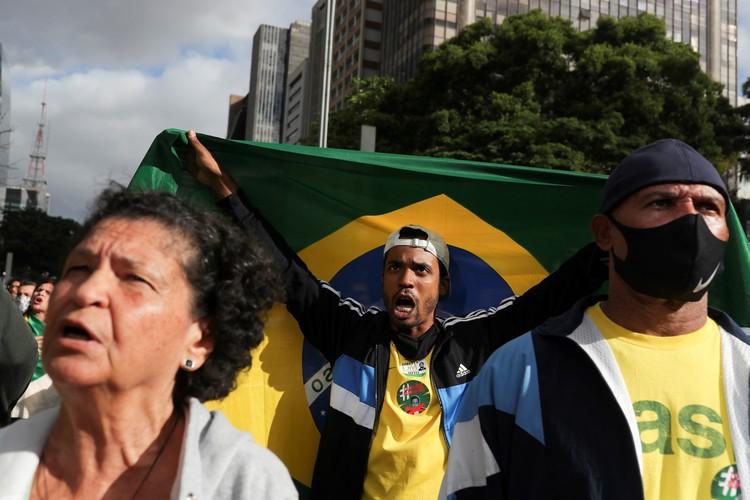 Президент Бразилии Болсонару отчасти вынужден покупать лояльность населения за счет щедрых программ материальной помощи.