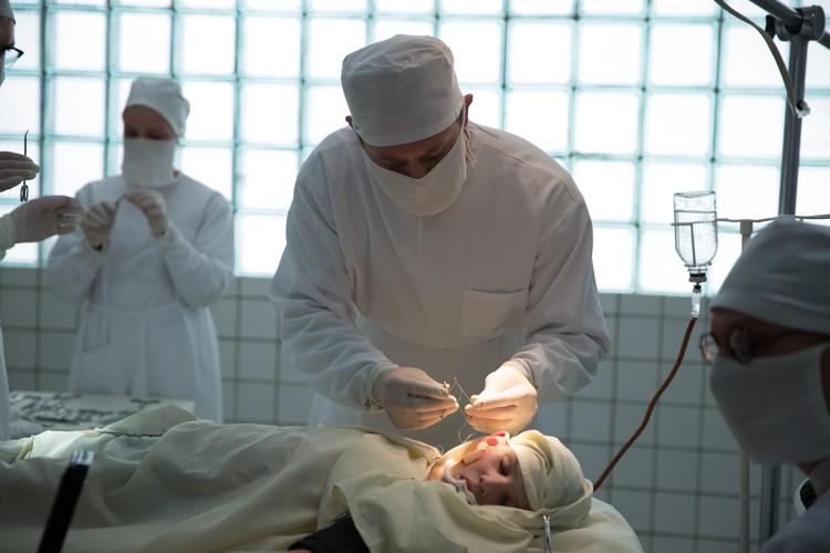 сериал «Доктор Преображенский» — пожалуй, первый крупный телепроект, посвященный закрытой теме: пластической хирургии в СССР. Фото: Первый канал
