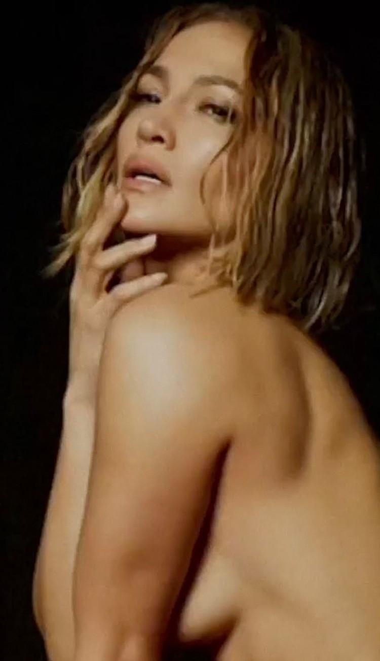 Певица демонстрирует свое потрясающее тело с разных ракурсов. Фото: кадр видео.