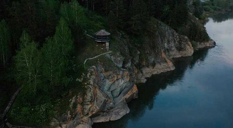 Петроглифы на прибрежных скалах появились около четырех тысяч лет назад. Фото: пресс-служба АПК.