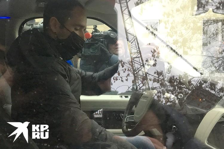 От журналистов бывший капитан сборной России спрятался в машине и уехал.