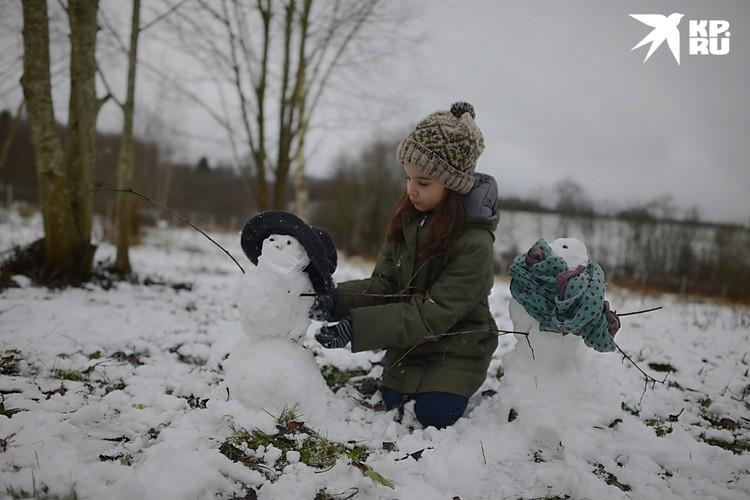 Дочь после уроков сделала двух снеговиков – «маму и папу».