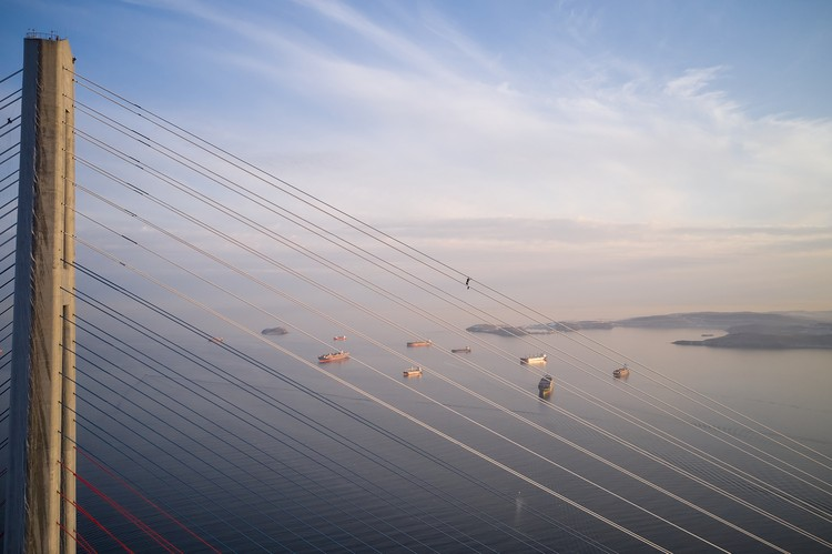 Альпинисты уже сняли с моста 890 тонн льда. Фото: Виктор Гохович.
