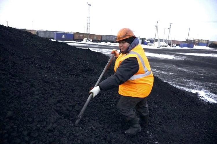 Марина Аржаева работает на угольном предприятии и воспитывает трех приемных дочерей. Фото: предоставлено пресс-службой «Сибантрацита».