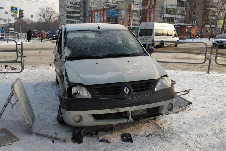 Машина влетела на тротуар после столкновения с другим авто.