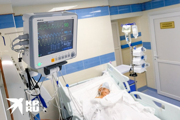 Санкт-Петербург. Пациент с коронавирусной инфекцией в отделении реанимации в Александровской больнице.
