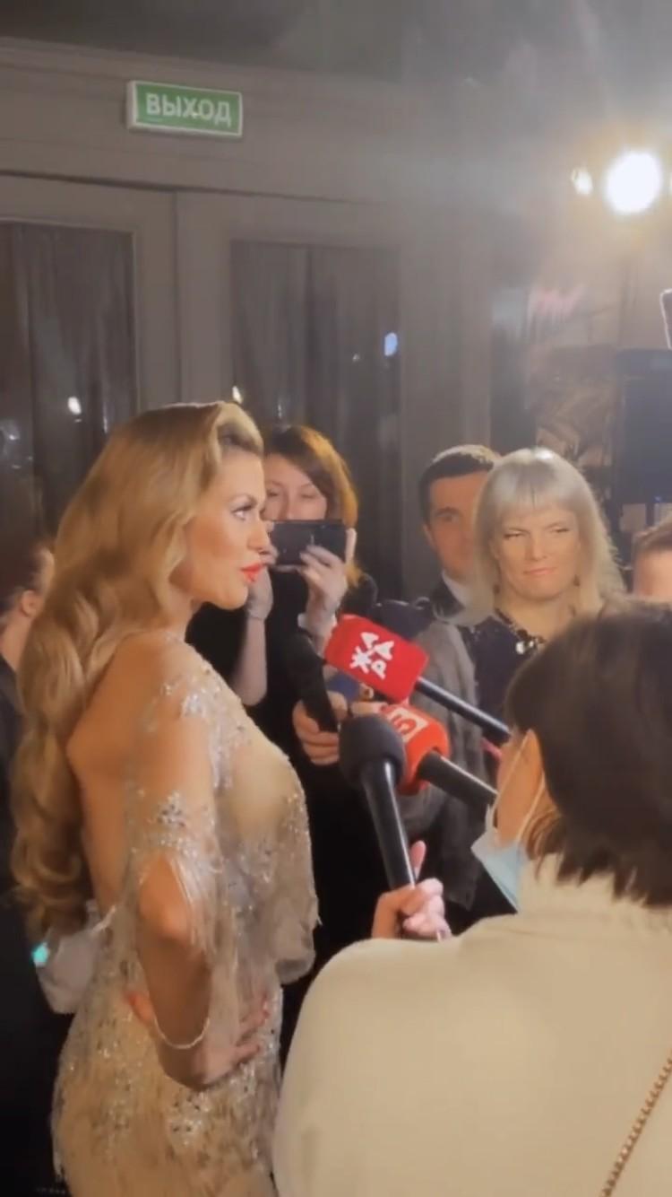 Журналистам Вика сообщила, что коронавирус для нее не повод отказываться от вечеринок.