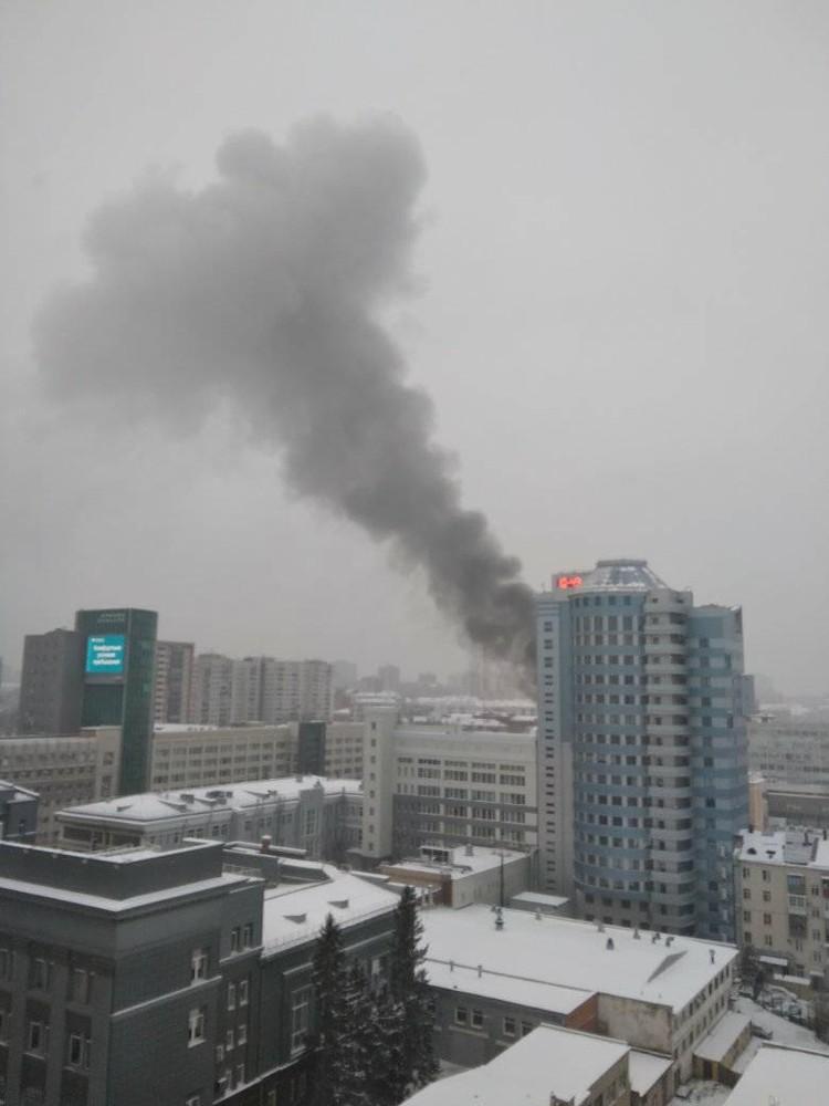 Дым наблюдали жители окрестных домов. Фото: Гарри Ананасов/facebook.com