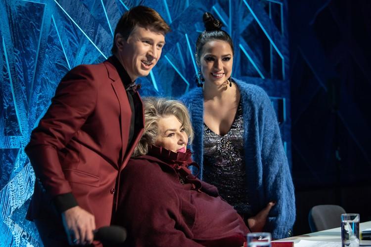 Новая ведущая шоу Алина Загитова (справа). Фото: Виктория ПОПЛАВСКАЯ