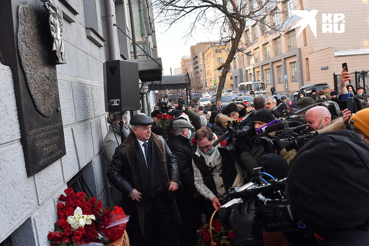 В Москве открыли мемориальную доску в честь Юрия Лужкова