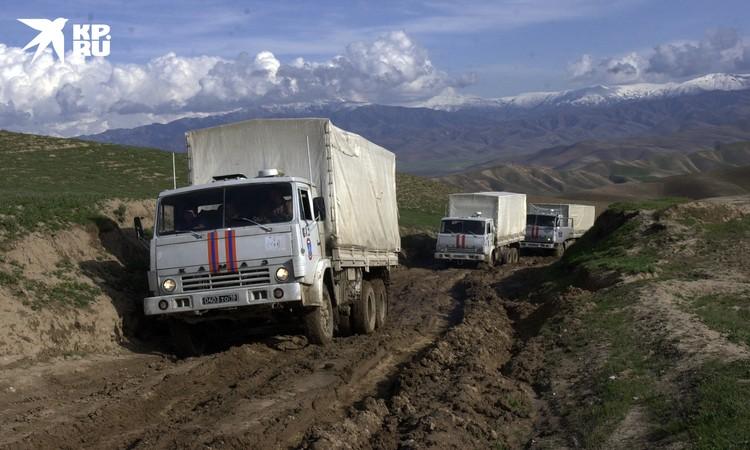 Колона МЧС пробирается через размытые дороги на севере Афганистана для оказания помощи пострадавшим от землетрясения в марте 2002 года