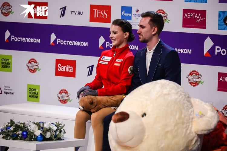 Анна Щербакова и Даниил Глейхенгауз в ожидании оценок.