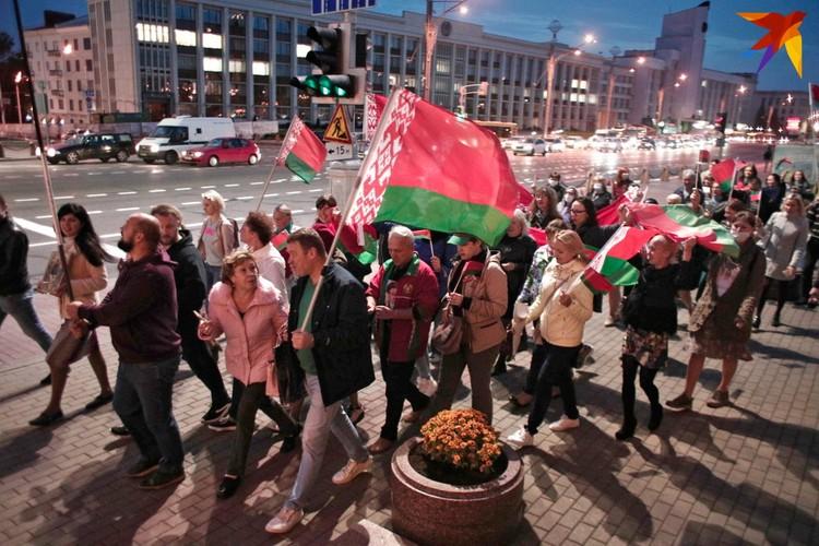 Колона людей проходит по проспекту Независимости, чтобы выразить поддержку Александру Лукашенко. Минск, 30 сентября 2020 года.