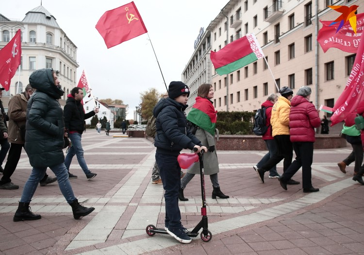 Мальчик на самокате участвует в шествие в поддержку Александра Лукашенко. Минск, 30 октября 2020 года.