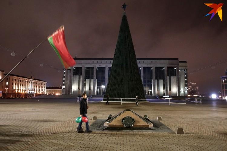 Мужчина с шариками на провластном шествии. Октябрьская площадь, Минск, 25 ноября 2020 года.