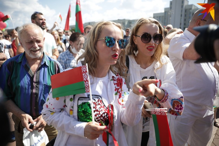 Сестры Груздевы на первом провластном митинге у Дома правительства.