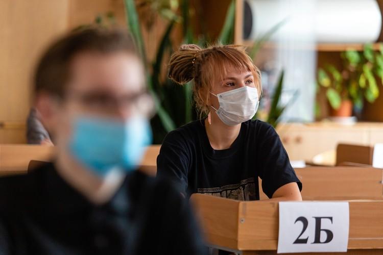 Из-за коронавируса 9-классников освободили от экзаменов, а сдавать ЕГЭ нужно было только тем, кто пойдет в вузы