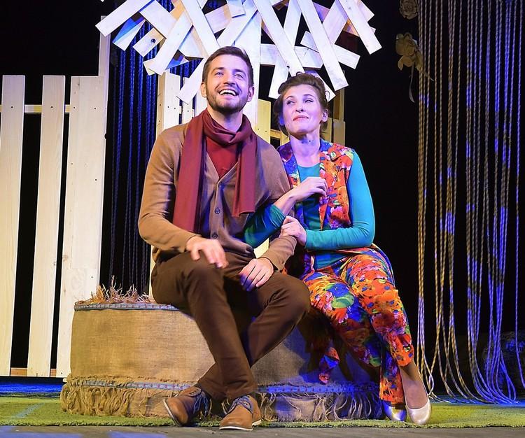 Спектакль «Ночь ошибок» - это галерея ярких образов, блестящих комедийных ситуаций, зрелище жизнерадостное и праздничное. Фото: Кадр спектакля